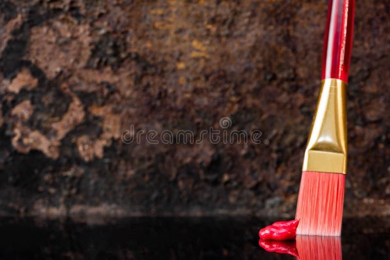 Spazzola rossa e colore a olio, copyspace fotografie stock libere da diritti