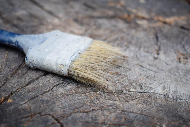 Spazzola su un fondo di legno Superficie di legno di verniciatura immagini stock