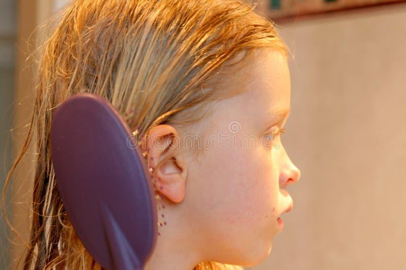 Spazzolatura dei miei capelli fotografia stock