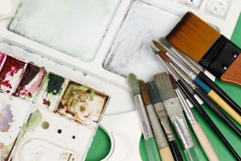 Spazzole degli artisti e pitture dell'acquerello fotografia stock