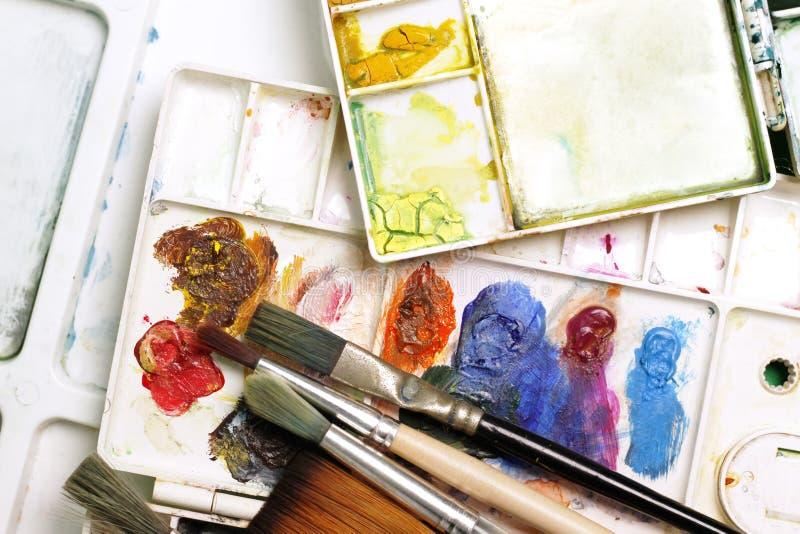 Spazzole degli artisti e pitture dell'acquerello fotografia stock libera da diritti