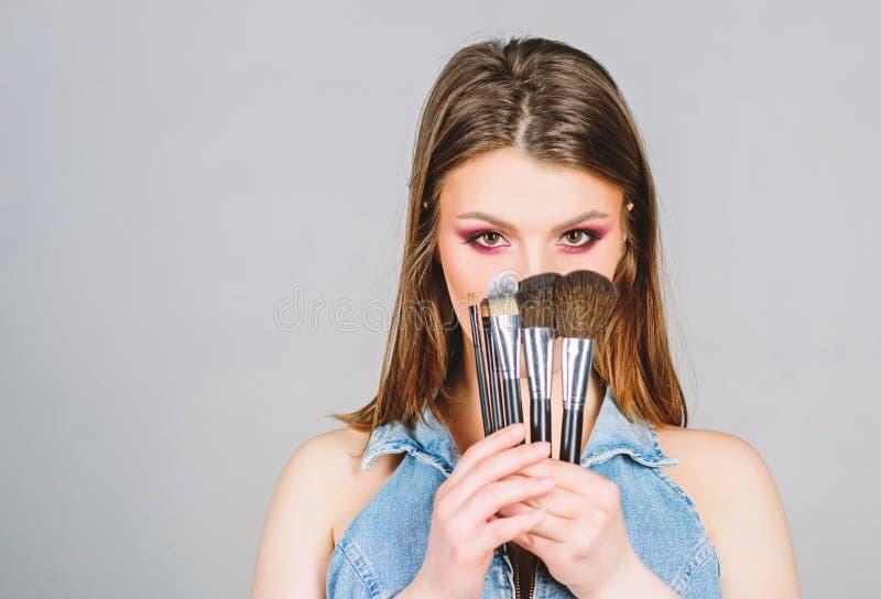 Spazzole differenti Cura di pelle Concetto dei cosmetici di trucco Correttore di incarnato Negozio delle estetiche La ragazza app immagine stock libera da diritti