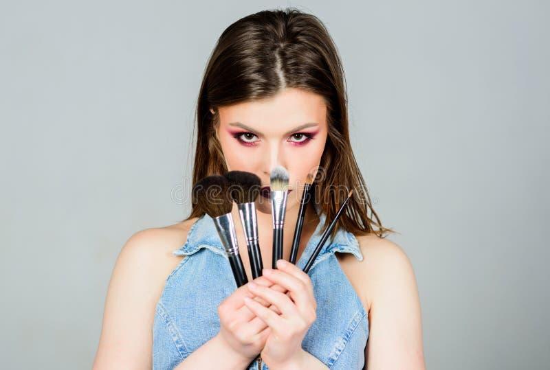Spazzole differenti Rifornimenti professionali di trucco Cura di pelle Concetto dei cosmetici di trucco Correttore di incarnato C immagine stock