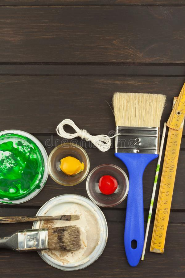 Spazzole e pittura su una tavola di legno Strumenti del pittore Pittore dell'officina Verniciatura di bisogni Vendite che dipingo fotografie stock