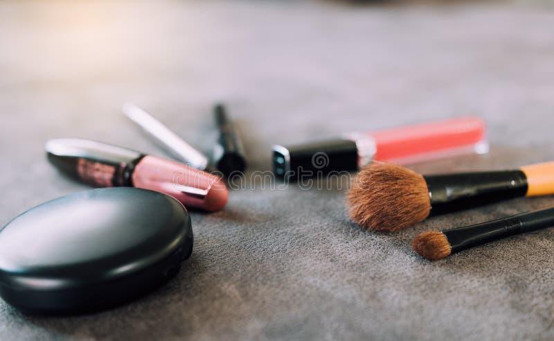 Spazzole e strumenti di trucco sullo scrittorio fotografia stock libera da diritti
