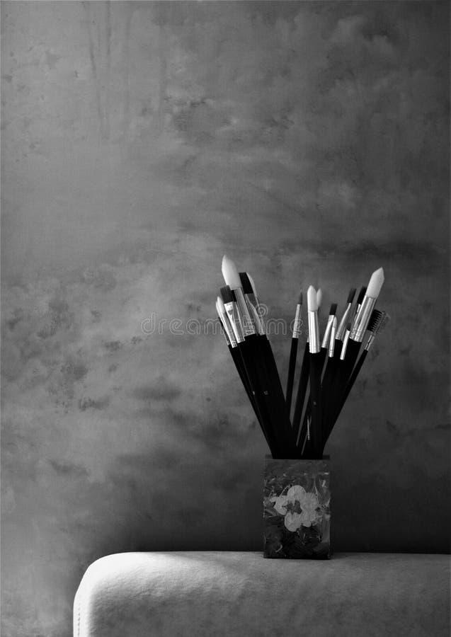 Spazzole in una tazza per l'artista Painting fotografie stock libere da diritti
