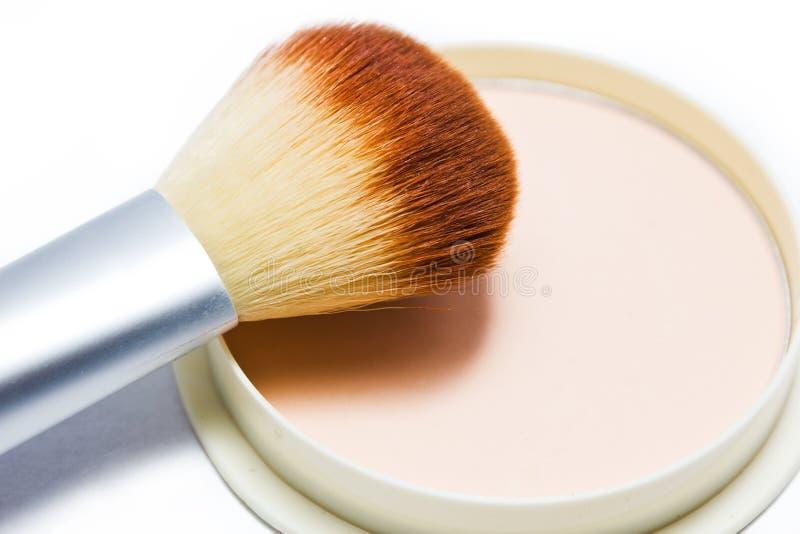 Spazzoli e comprima il colore beige della polvere isolato su fondo bianco immagini stock libere da diritti