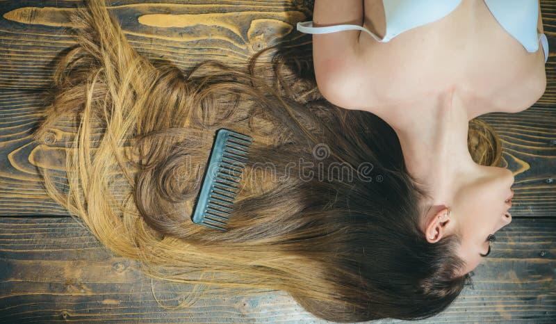 Spazzoli i vostri capelli Capelli sani lunghi Salone del parrucchiere Perdita e cura di capelli Ragazza sexy Sguardo d'avanguardi immagini stock libere da diritti