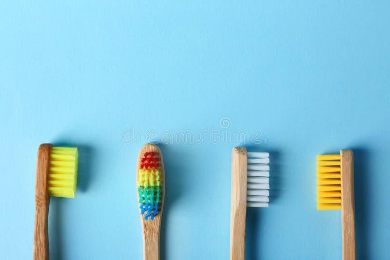 Spazzolini da denti e spazio differenti per testo sul fondo di colore immagine stock libera da diritti