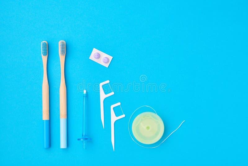 Spazzolini da denti e strumenti per la cura orale immagine stock libera da diritti