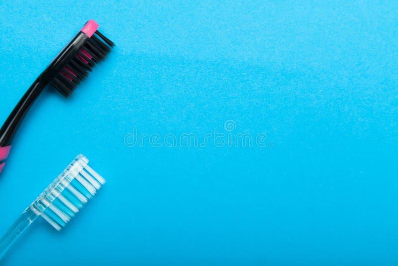 Spazzolini da denti igienici per i denti di pulizia su un fondo blu Copi lo spazio per testo fotografie stock libere da diritti