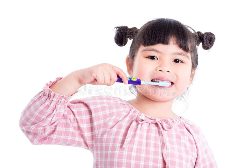 Spazzolino da denti della tenuta della ragazza sopra bianco fotografia stock libera da diritti