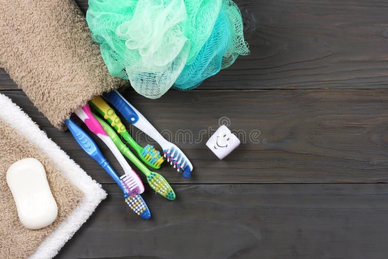 Spazzolino da denti dello spazzolino da denti con l'asciugamano di bagno sulla tavola di legno Vista superiore con lo spazio dell immagini stock libere da diritti