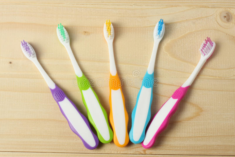 Spazzolino da denti dello spazzolino da denti sulla tavola di legno Vista superiore immagine stock