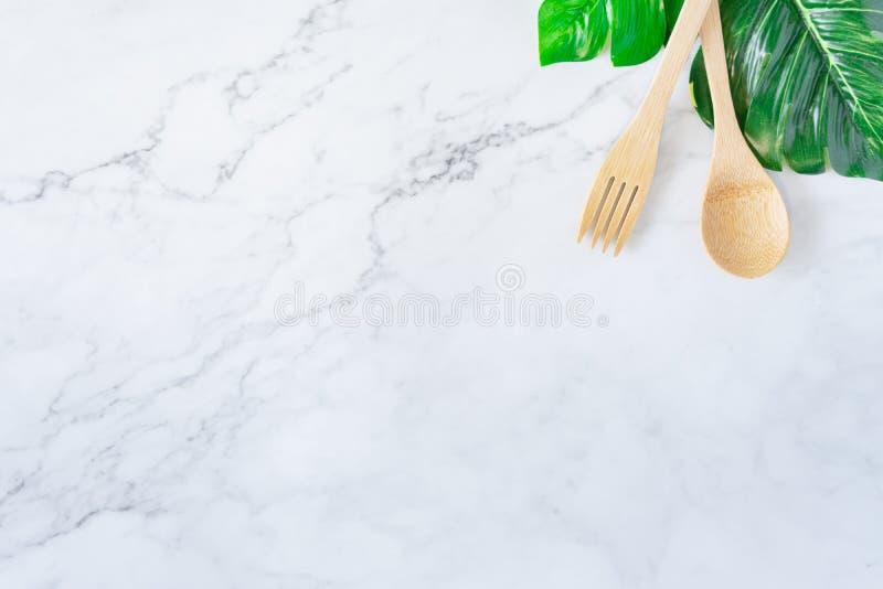 Spazzolino da denti di legno di bambù sul concetto di marmo bianco pulito del fondo di vista del piano d'appoggio per i risparmi  fotografia stock libera da diritti