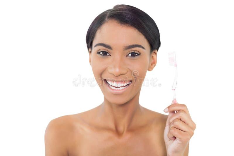 Spazzolino da denti di modello naturale sorridente della tenuta fotografia stock