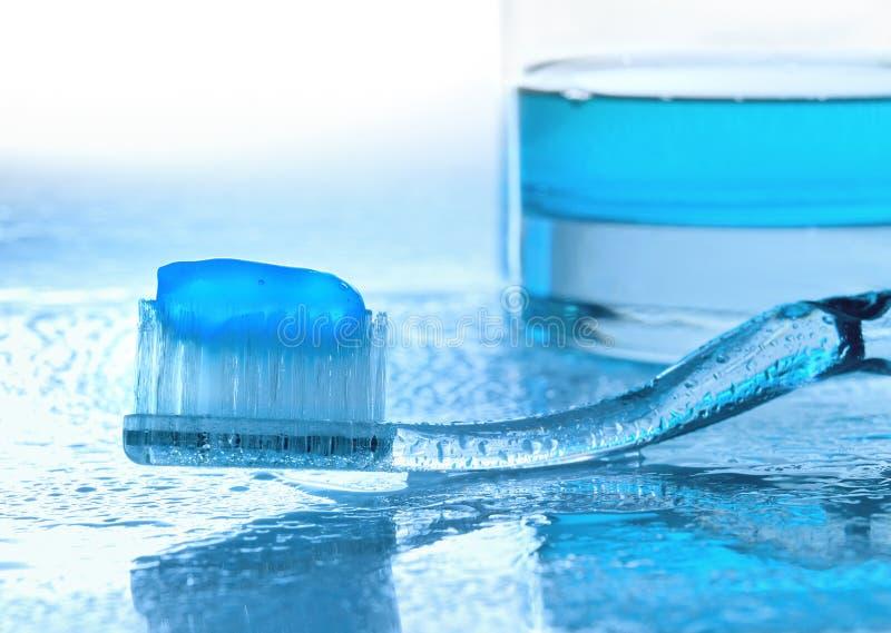 Spazzolino da denti e colluttorio su vetro bagnato immagini stock