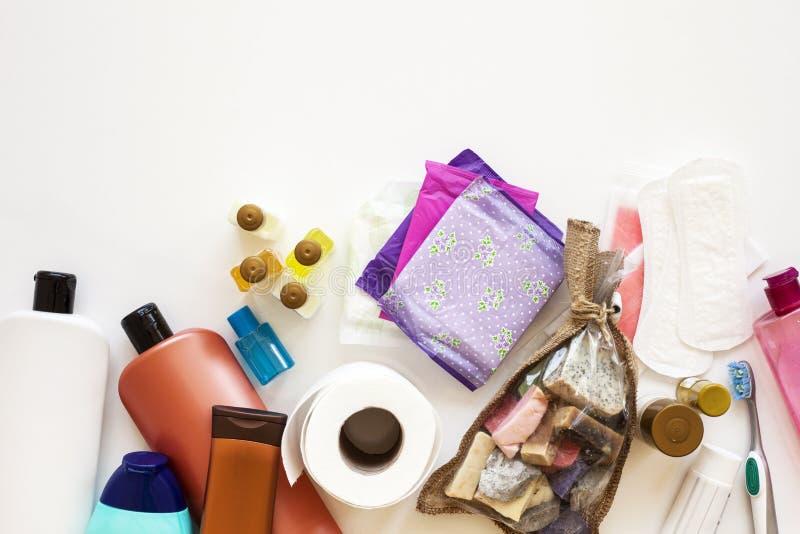 Spazzolino da denti, pettine di legno, bottiglia bianca dello sciampo e spugna del bagno su un fondo bianco Disposizione piana og immagini stock libere da diritti