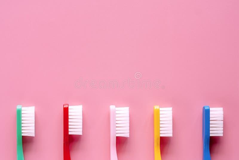 Spazzolino da denti utilizzato per la pulizia dei denti su fondo rosa immagine stock