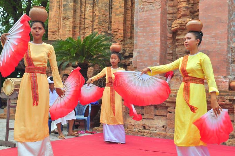 Spełnianie tradycyjny ludowy taniec champa przy Ponagar świątynią w Nha Trang fotografia stock
