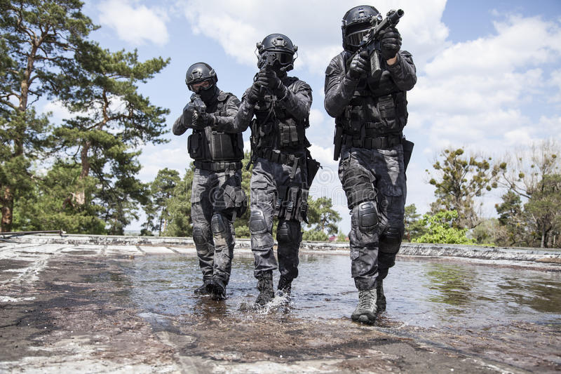 Spec ops警察在水中扑打 免版税库存图片