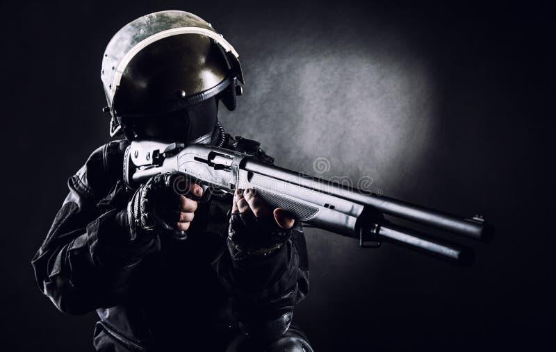 Spec ops żołnierz z flintą zdjęcia stock