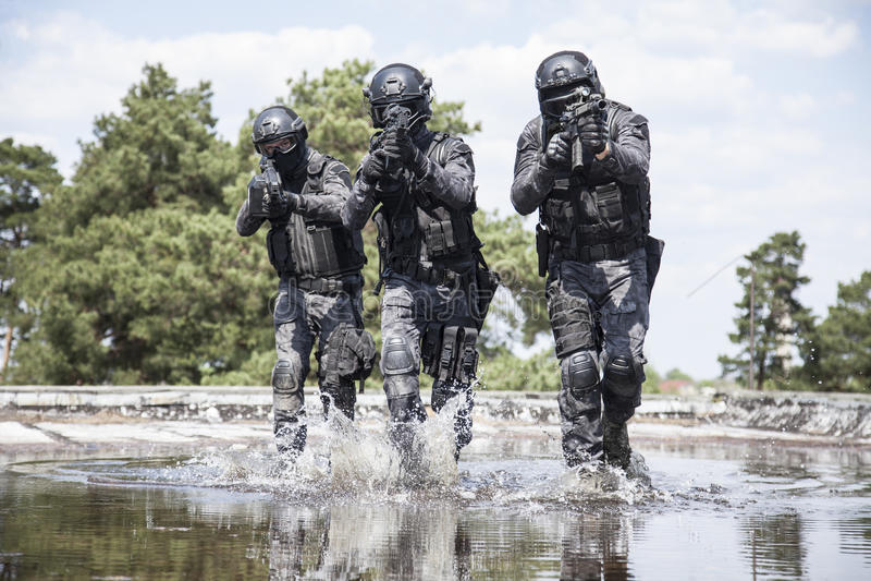 Spec ops funkcjonariuszów policji pacnięcie w wodzie obraz royalty free