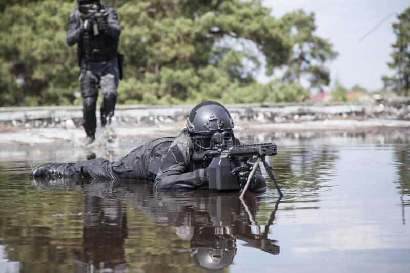 Spec ops funkcjonariuszów policji pacnięcie w wodzie zdjęcie royalty free