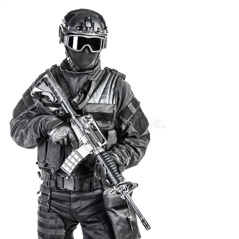 Spec ops funkcjonariusza policji pacnięcie zdjęcie stock