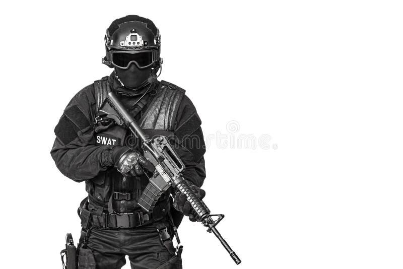 Spec ops funkcjonariusza policji pacnięcie zdjęcia royalty free