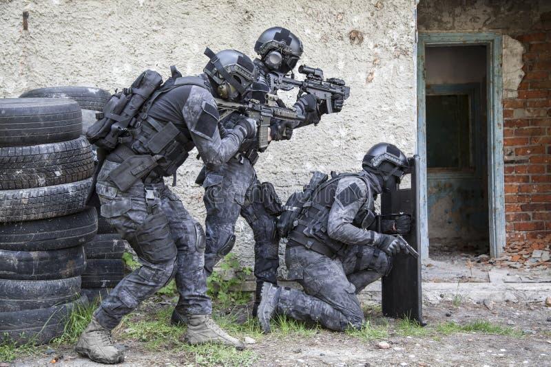 Spec ops funkcjonariusza policji pacnięcie zdjęcie royalty free