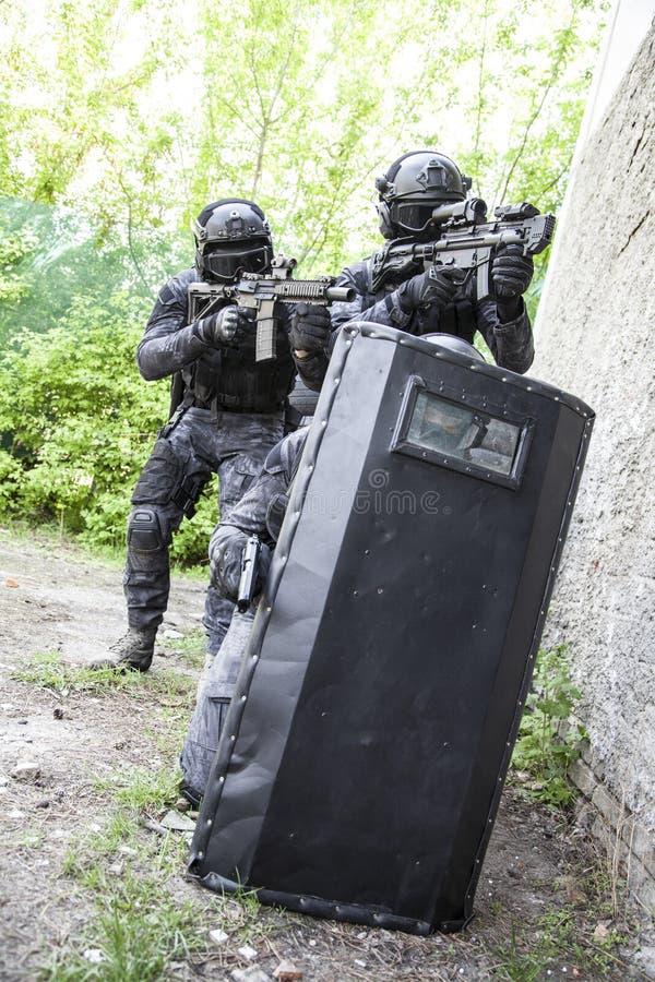 Spec ops funkcjonariusza policji pacnięcie obrazy stock