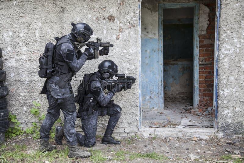 Spec ops funkcjonariusza policji pacnięcie zdjęcia stock