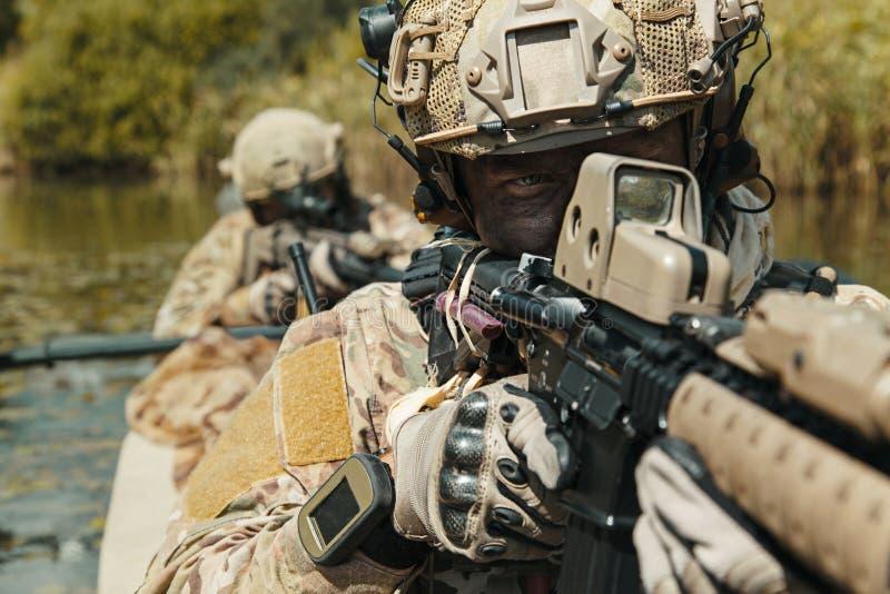 Spec ops w militarnym kajaku fotografia royalty free