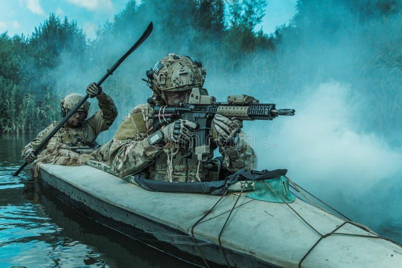 Spec ops w militarnym kajaku zdjęcia royalty free