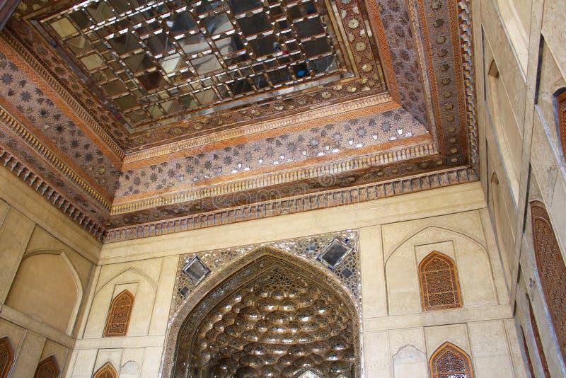 Specchi Corridoio nel palazzo di Chehel Sotoun, Ispahan, Iran fotografie stock libere da diritti