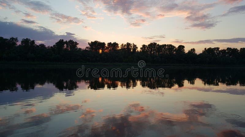 Specchi di tramonto di stordimento in lago immagine stock