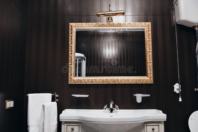 Bagno Moderno Con Le Mattonelle Nere Fotografia Stock