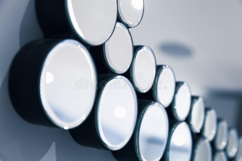 Specchi rotondi in una fila, fondo astratto fotografie stock