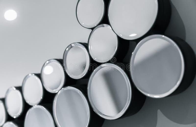 Specchi rotondi in una fila sopra la parete grigia fotografie stock libere da diritti