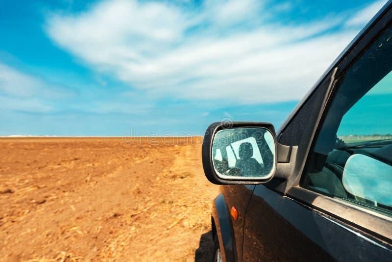 Specchietto retrovisore esterno di un'automobile sulla strada campestre della sporcizia immagine stock libera da diritti
