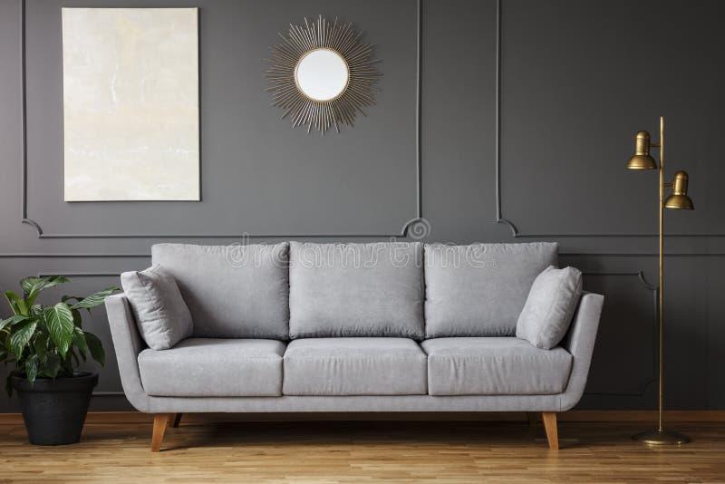 Specchio decorativo e pittura moderna che appendono sulla parete con la m. immagine stock libera da diritti