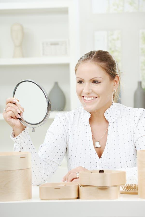 Specchio della holding della giovane donna fotografia stock