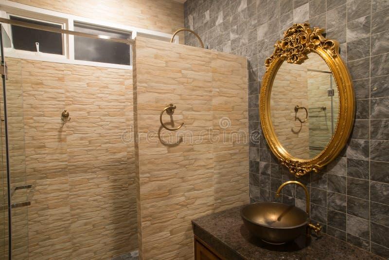 Specchio di lusso dell'oro in bagno fotografia stock libera da diritti