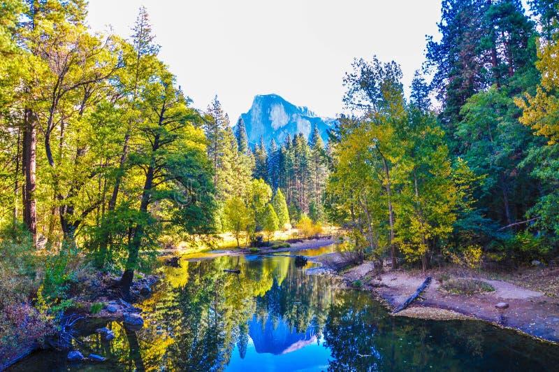 Specchio di mezza cupola nella caduta, parco nazionale di Yosemite fotografie stock libere da diritti