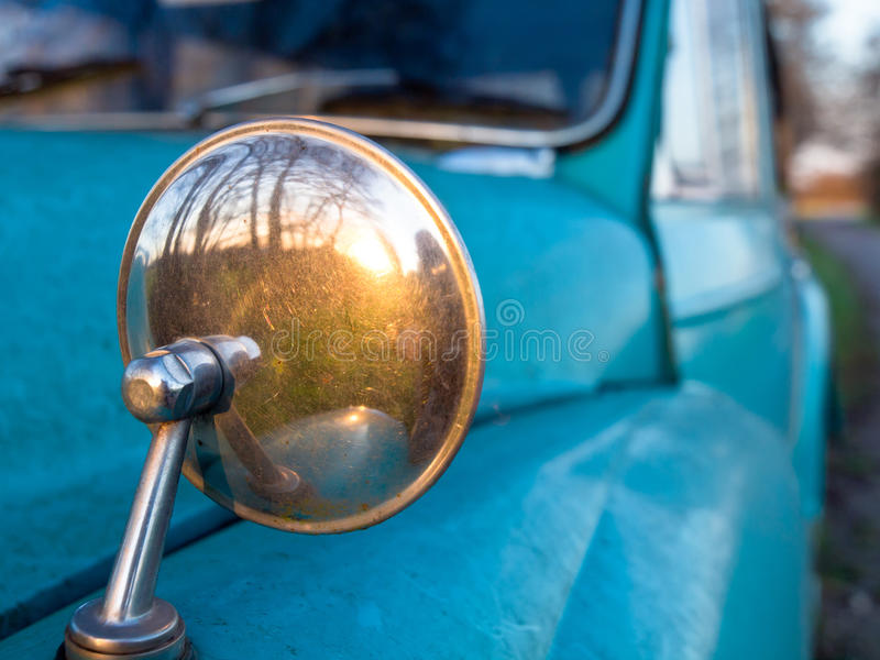 Specchio di retrovisione su un'automobile dell'annata fotografia stock libera da diritti