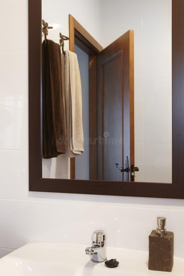 Specchio e dettaglio degli asciugamani in un bagno con le pareti bianche fotografia stock - Pareti a specchio ...