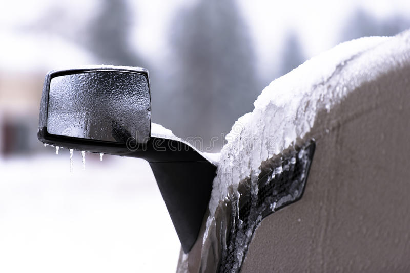 Specchio ghiacciato del camion dei semi su fondo vago immagine stock libera da diritti