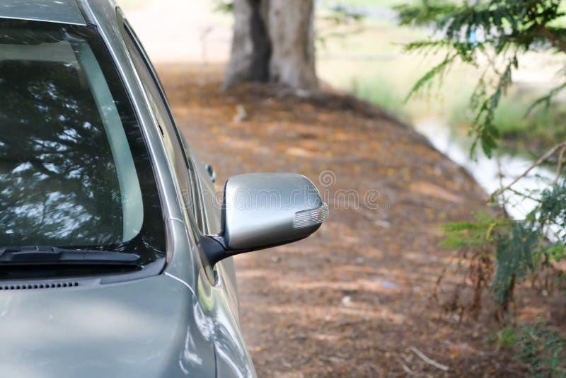 Specchio laterale dell'automobile sporca in natura fotografia stock libera da diritti