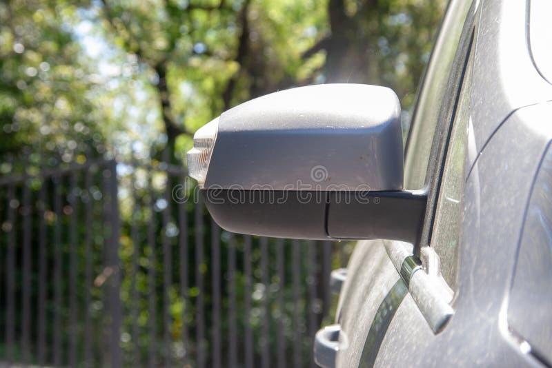 Specchio laterale su un'automobile sporca immagini stock
